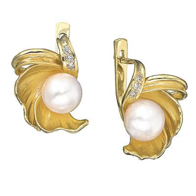 ...жемчуг, золотые серьги выполнены из желтого золота, украшенные...